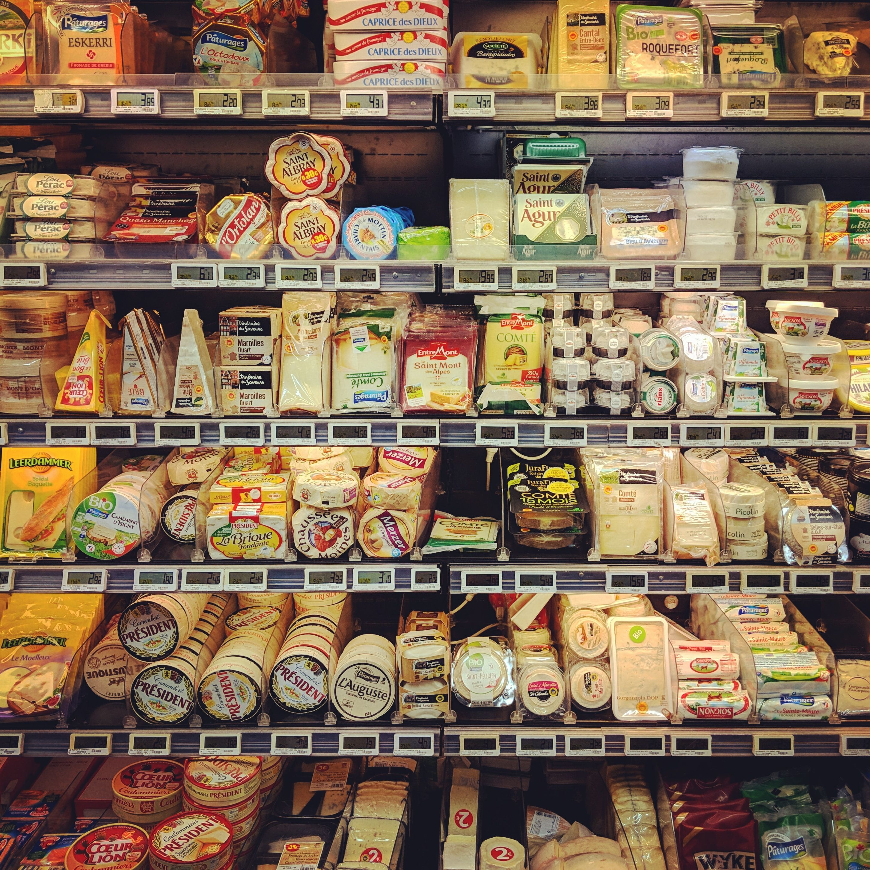 El apartado de los quesos es inmenso. Tán importante es el queso en Francia que incluso tienes la zona de quesos comerciales, como la de la foto, y otra de quesos con Denominación de Origen al corte e incluso una tercera donde tienes el queso local de proximidad, de algún granjero vecino :)