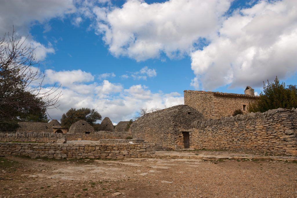 El Village de Bories es una auténtica aldea construida enteramente con piedra local.