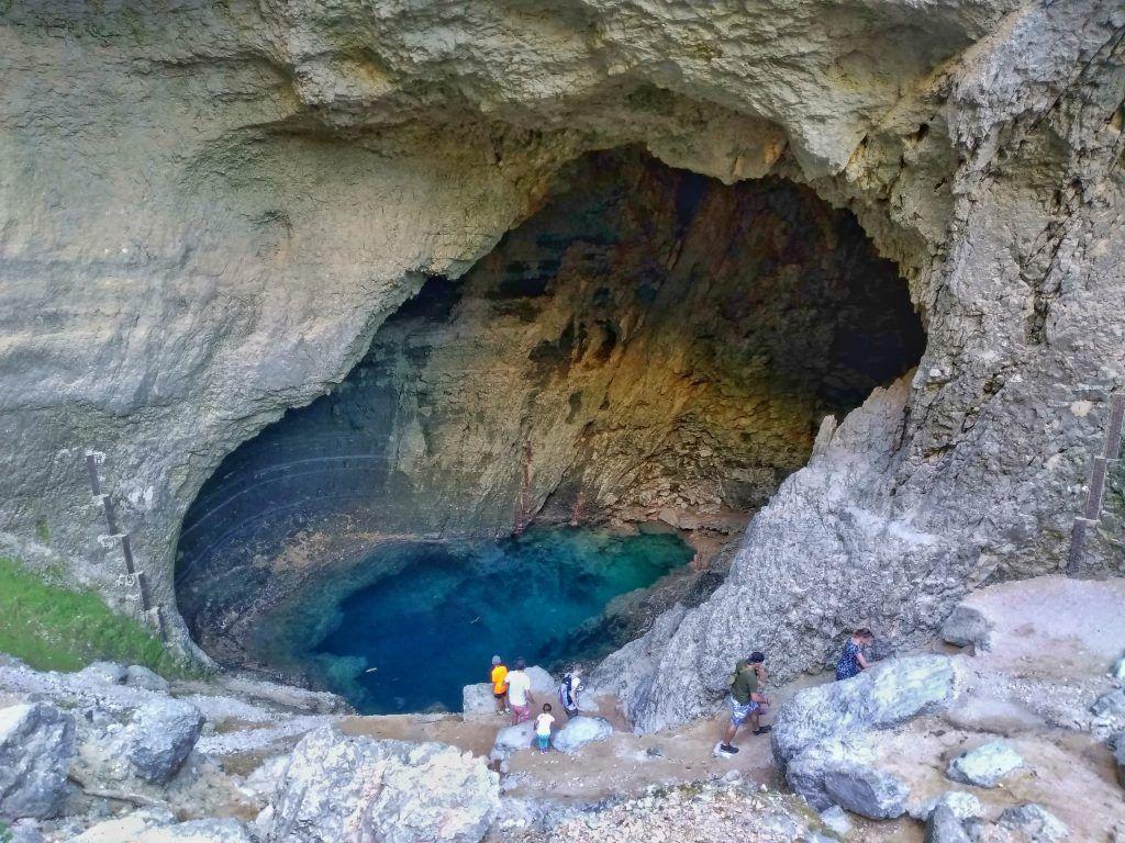 La cueva escondida en invierno, de donde nace la fuente de Vaucluse